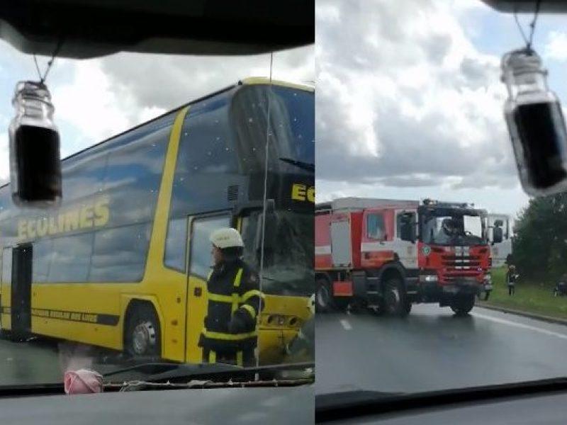 Autobusas susidūrė su lengvuoju automobiliu