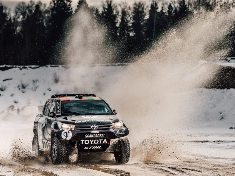 B. Vanago komanda pasidalino į dvi dalis: vieni į Kareliją, kiti – į Prancūziją