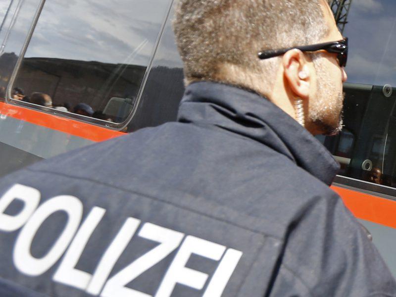 Vokietijos policija po nukreipto skrydžio apklausia tris britus