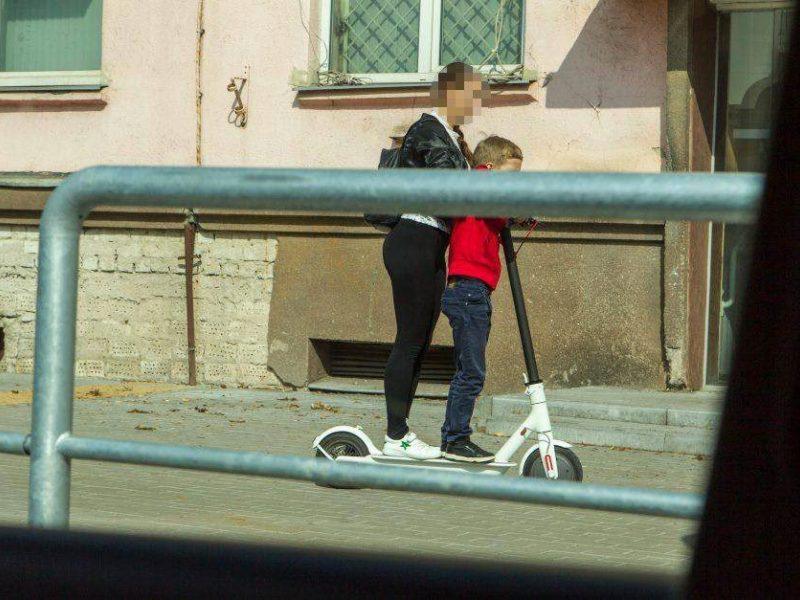 Elektriniu paspirtuku važiavęs vyras vos nesuvažinėjo kartu vežto vaiko