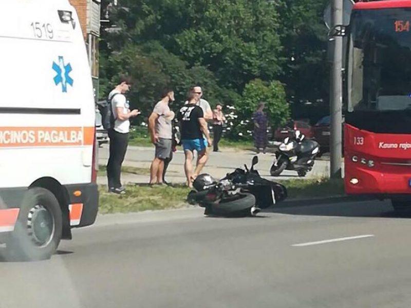Po avarijos Raudondvario plente motociklininkui prireikė medikų pagalbos