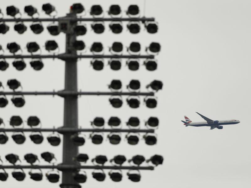 """""""British Airways"""" iš dalies atnaujino skrydžius iš Londono"""