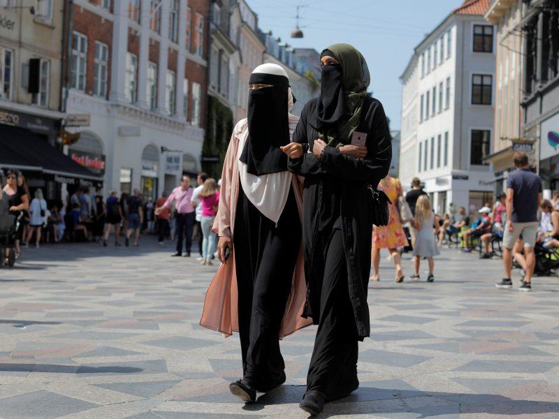 Ženeva uždraus valstybės tarnautojams nešioti religinius simbolius
