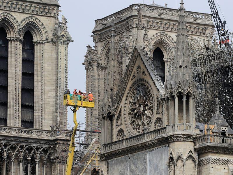 Darbininkai ant Paryžiaus katedros stogo nepaisė draudimo rūkyti