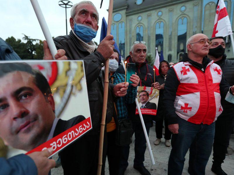 Tbilisyje dešimtys tūkstančių žmonių dalyvauja M. Saakašvilio palaikymo demonstracijoje