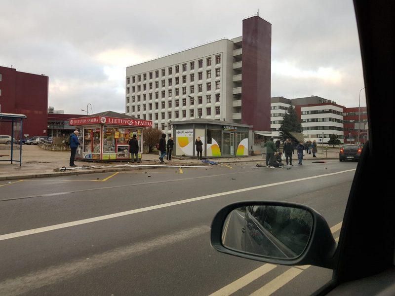 Vilniuje nevaldomas autobusas prie stotelės sunkiai sužalojo moterį