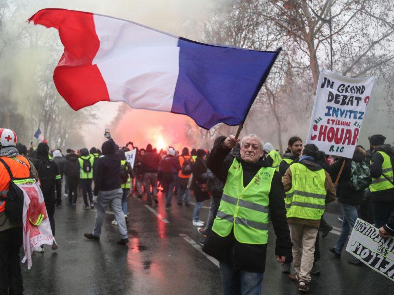 """Prancūzijoje jau 10-ą šeštadienį protestuoja """"geltonosios liemenės"""""""