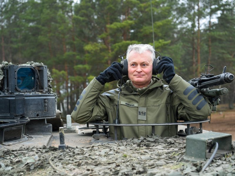 """Sąjungininkų karius aplankęs prezidentas: Lietuvos """"smegenų mirtis"""" neištiko"""