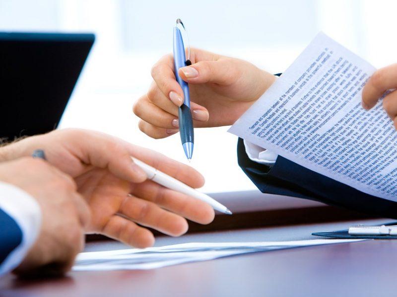Nauji apgaulės būdai: mano, kad pasirašė po apklausa, o iš tiesų – sudarė sutartį
