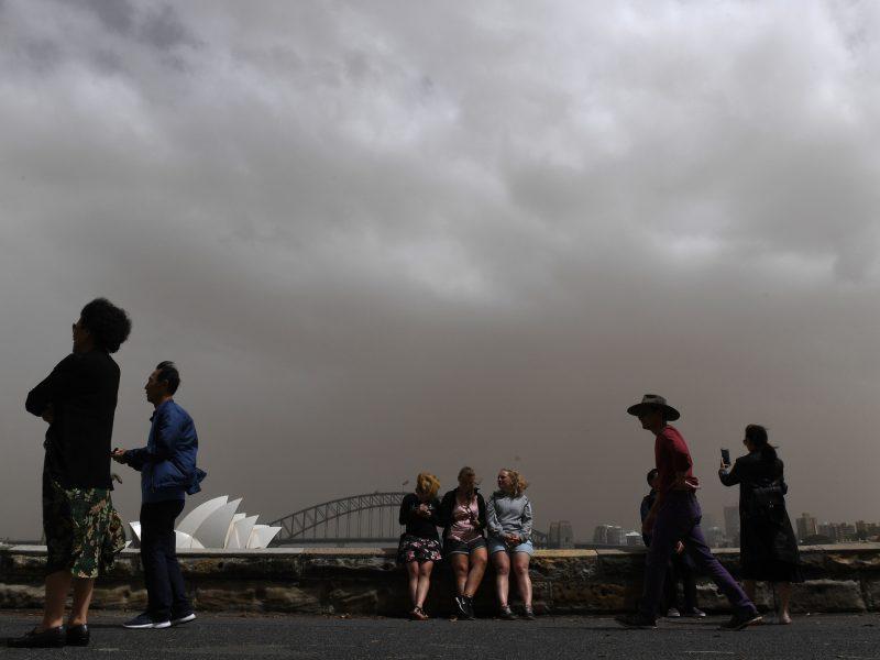 Smarki smėlio audra aptemdė Australijos dangų
