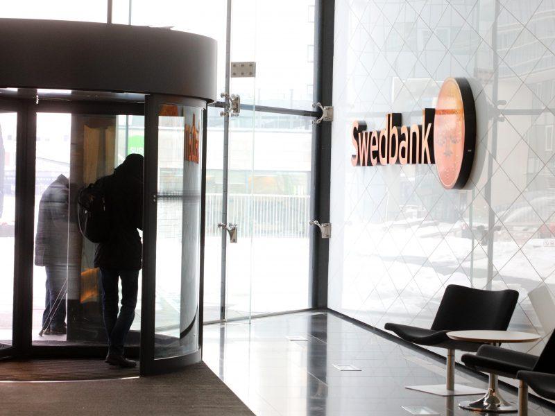 """Sukčiai vėl nusitaikė į """"Swedbank"""": klientams siunčia kenkėjiškus laiškus"""