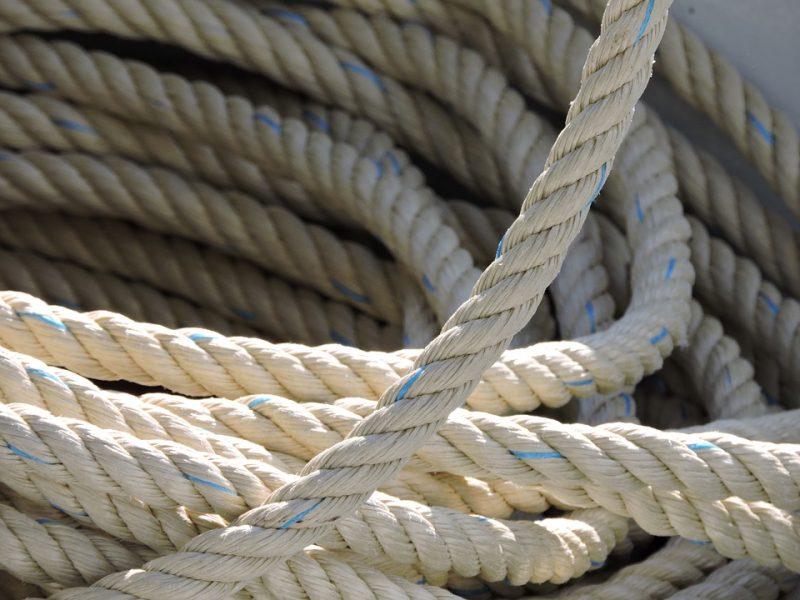 Neblaivus kaunietis iš buto nusprendė leistis virve