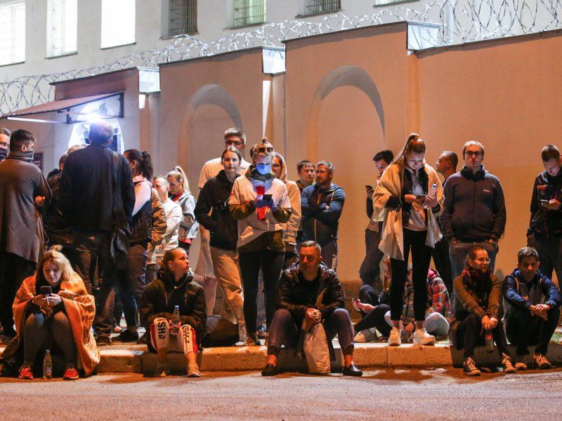 Iš izoliatoriaus Minske paleidžiami protestuotojai