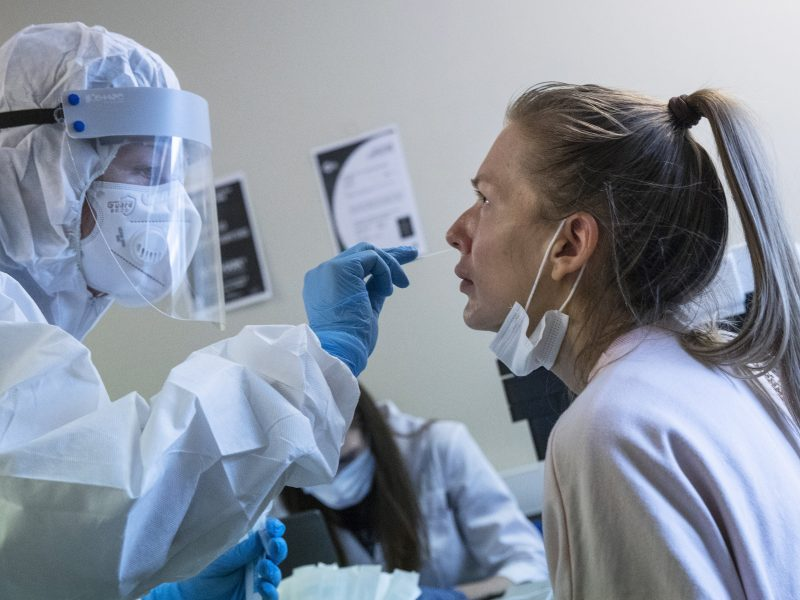 Rusijoje pirmąkart nuo balandžio – mažiau nei 5 tūkst. COVID-19 atvejų