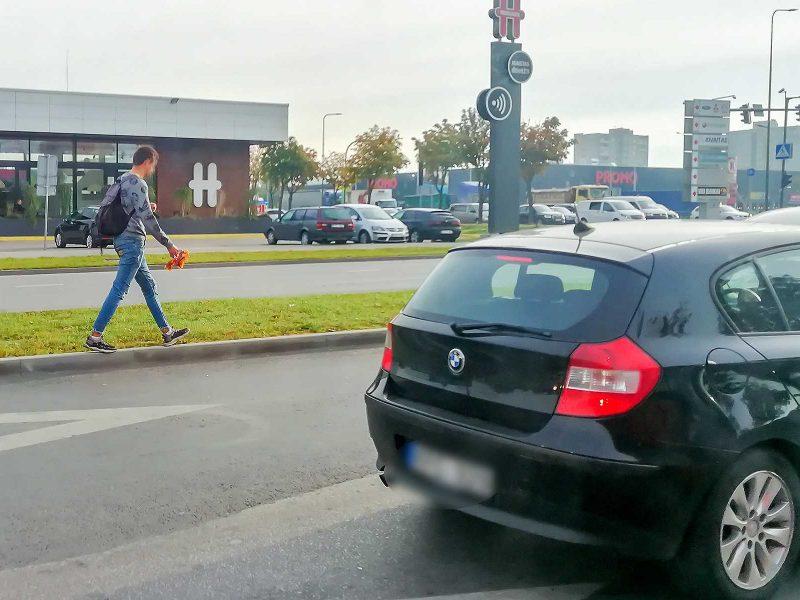 Vairuotojų dėmesį blaškė sankryžoje vėliavėles siūlęs vyras