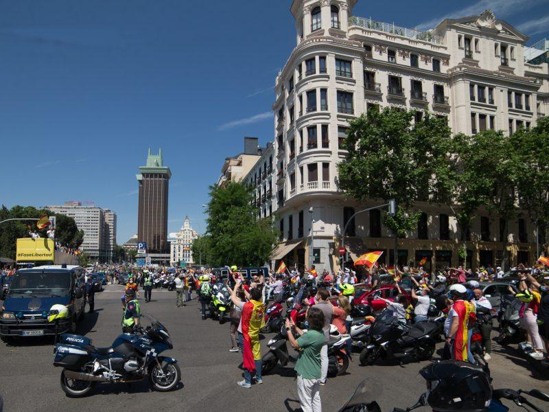 Ispanijoje tūkstančiai žmonių protestuoja prieš vyriausybės atsaką į pandemiją