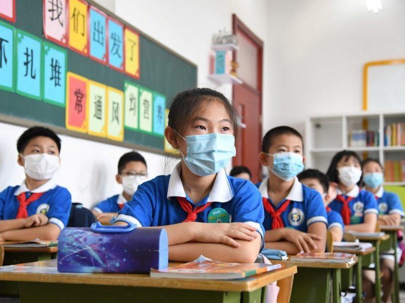 Pekine dėl naujo COVID-19 protrūkio atšaukiami skrydžiai, uždaromos mokyklos