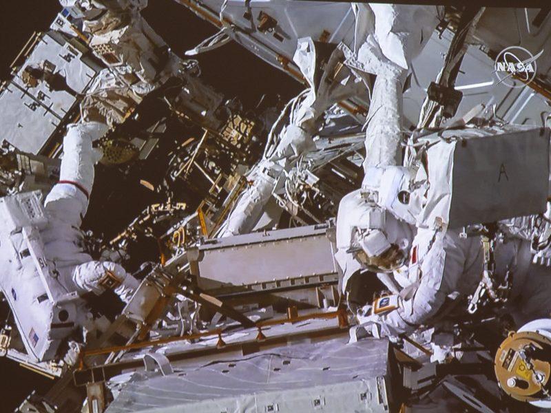 Į kosmosą išėję astronautai atliko akumuliatorių keitimo ir laidų tiesimo darbus