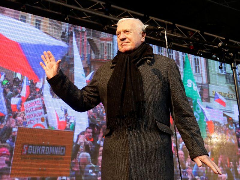Buvęs Čekijos prezidentas V. Klausas, skiepų ir kaukių dėvėjimo priešininkas, užsikrėtė koronavirusu