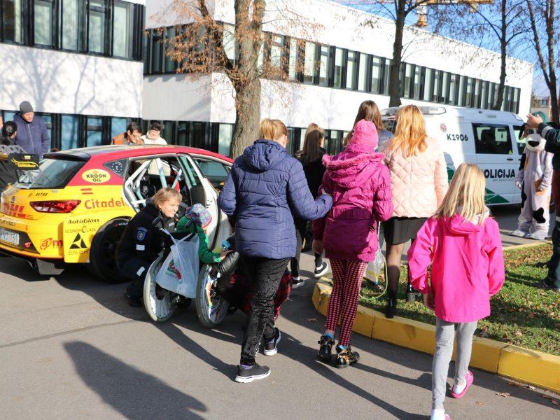 Pareigūnai mažiesiems ligoniams pristatė ralio automobilius