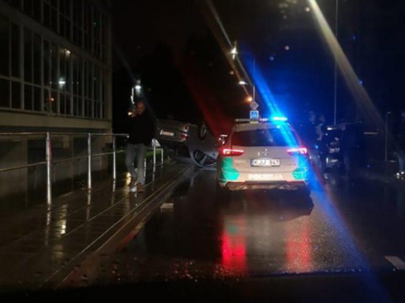 Vilniuje neblaivus vairuotojas apsivertė ir susižalojo