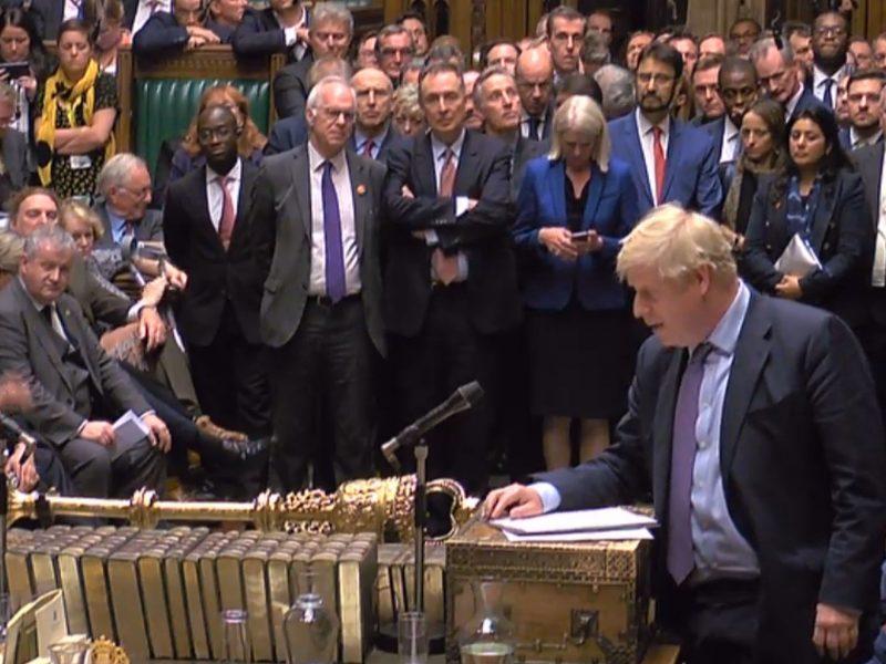 """B. Johnsonas skelbia """"Brexit"""" sutarties tvirtinimo procedūros pertrauką"""