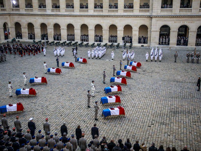 Paryžiuje pagerbti Malyje susidūrus sraigtasparniams žuvę kariškiai