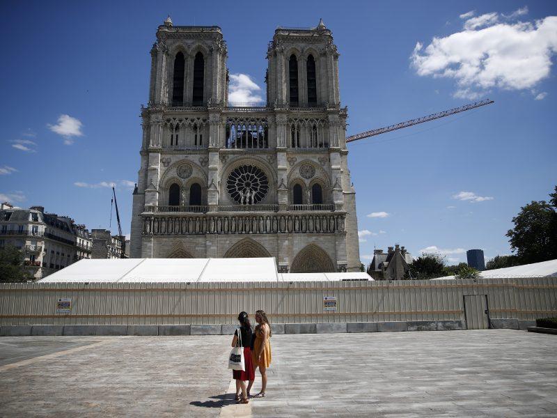 Paryžiuje aikštė prie Dievo Motinos katedros vėl uždaryta dėl padidėjusio švino lygio