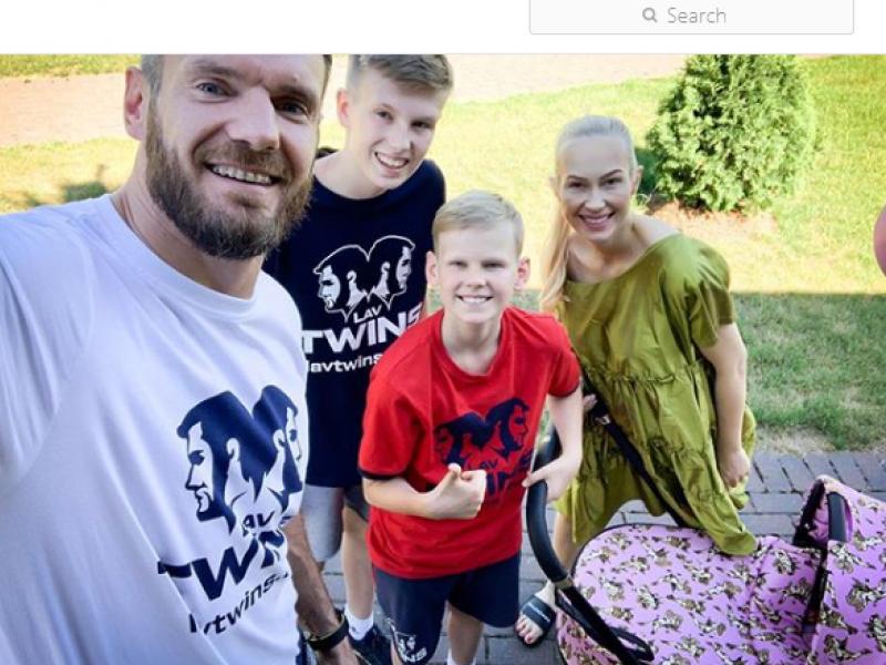Krepšininkas D. Lavrinovičius ir jo žmona Edita susilaukė dukrelės