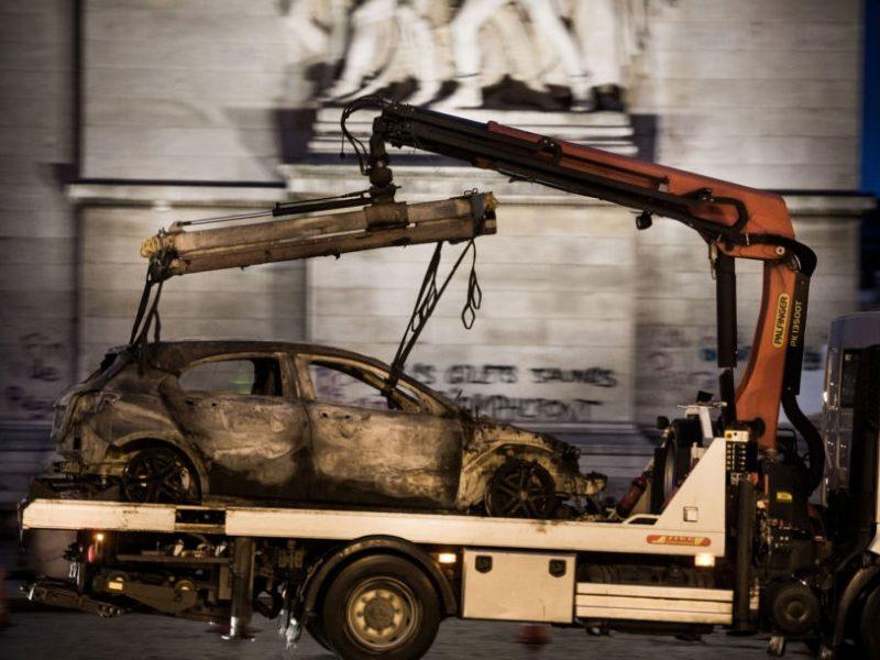 Dėl Triumfo arkos nuniokojimo per protestus Paryžiuje apkaltinta 13 asmenų
