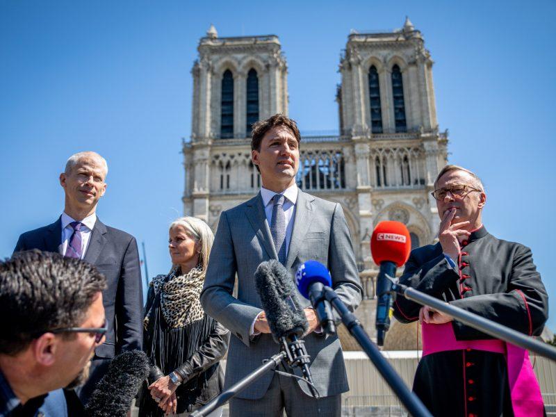 Paryžiaus katedroje po gaisro apsilankęs Kanados premjeras demonstruoja solidarumą