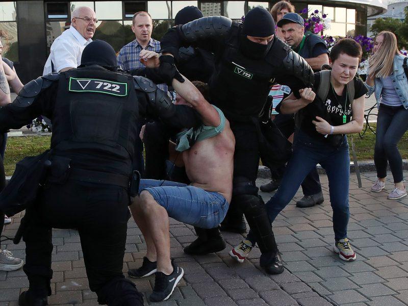 Baltarusijoje pareigūnai suiminėja protestuotojus