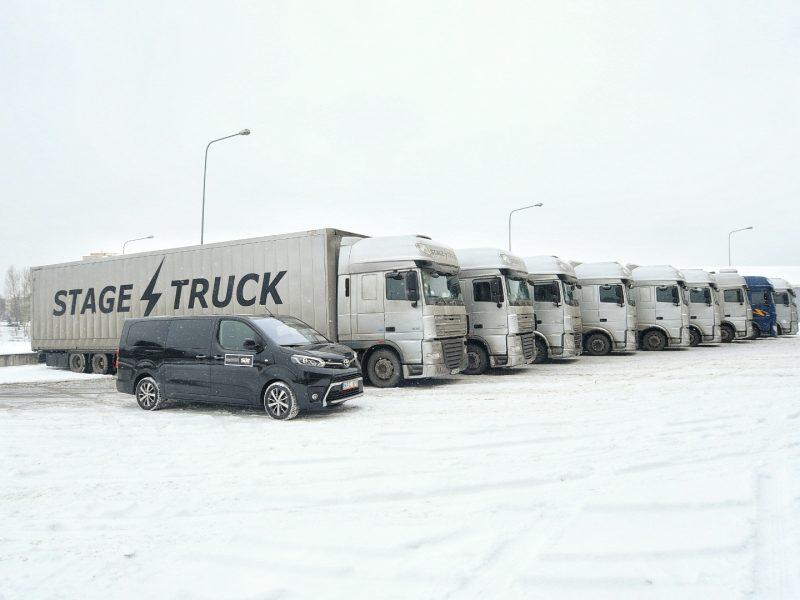 """""""Siemens"""" areną apsupo """"Depeche Mode"""" techniką gabenantys sunkvežimiai"""