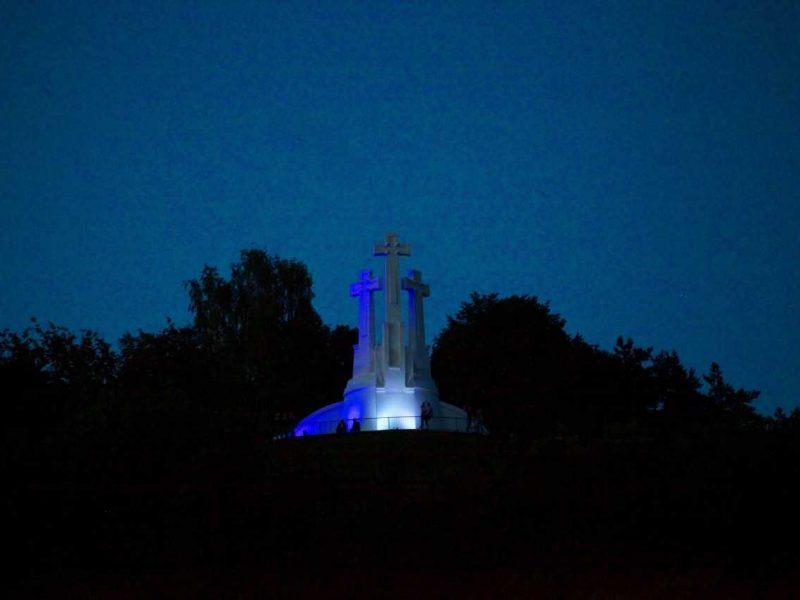Trys kryžiai nušvito Graikijos spalvomis