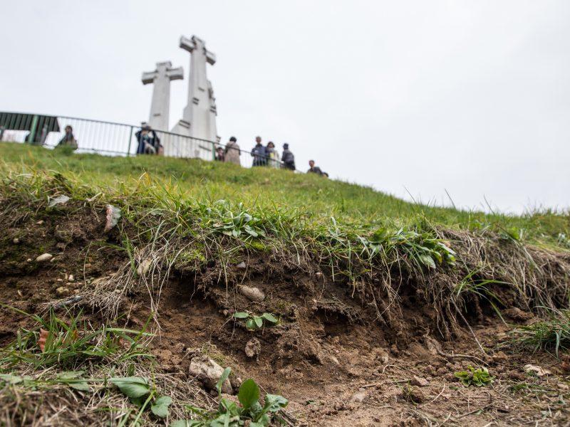 Ant Trijų Kryžių kalno atsivėrė plyšiai
