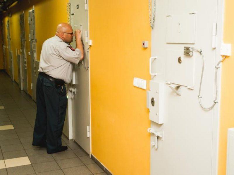 Atleisti trys sulaikytąjį kankinę policijos pareigūnai