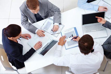 Verslo nuomonės lyderių komunikacija pagal sektorius: triumfuoja mažmena ir bankai