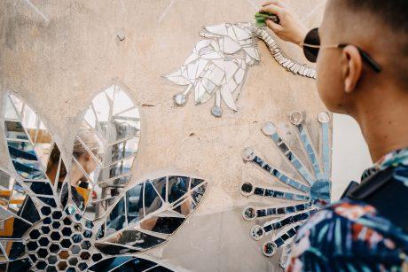 """""""Kiemo galeriją"""" pildo vis nauji netikėti kūriniai: šįkart sienos pasipuošė veidrodinėmis gėlėmis"""