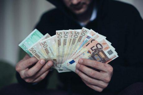 Akibrokštas Šiauliuose: įsūnis iš motinos pavogė 25,5 tūkst. eurų