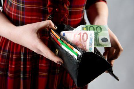 Lazdijuose kažkas atsiskaitė netikru 100 eurų banknotu