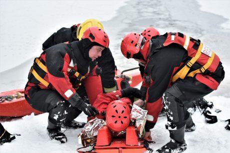 Medikams skubiai perduotas į ledą Lampėdžiuose įlūžęs vyras