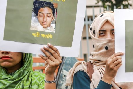 Bangladeše mokyklos direktoriaus nurodymu sudeginta moksleivė