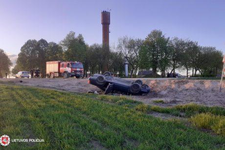 Telšių rajone apvirtus automobiliui sužaloti keturi aštuoniolikmečiai