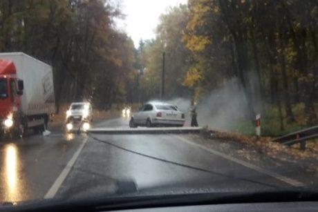 Panemunėje automobilis rėžėsi į stulpą ir jį nuvertė – užtvertas kelias