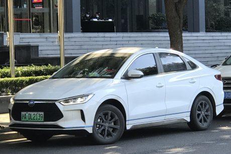 Į Lietuvą veržiasi automobiliai iš Kinijos: randa ir landų