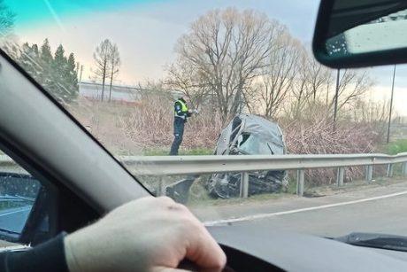 Šilainiuose neblaivus vairuotojas nesuvaldė automobilio ir apsivertė
