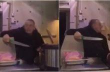 """Siaubas užkandinėje """"Liuks kebabai"""": vyras švaistėsi peiliais <span style=color:red;>(vaizdo įrašas)</span>"""