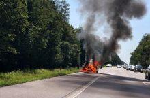 Sumaištis greitkelyje: fiksuojamos avarijos, BMW degė kaip fakelas <span style=color:red;>(papildyta)</span>