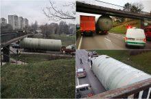 Vilniuje po tiltu įstrigęs vilkikas paralyžiavo eismą <span style=color:red;>(atnaujinta)</span>